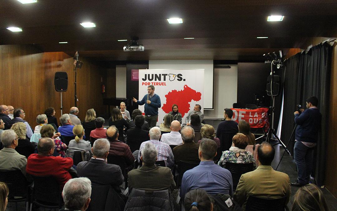 Más de medio centenar de personas acudieron a llamada del PSOE en el Liceo de Alcañiz