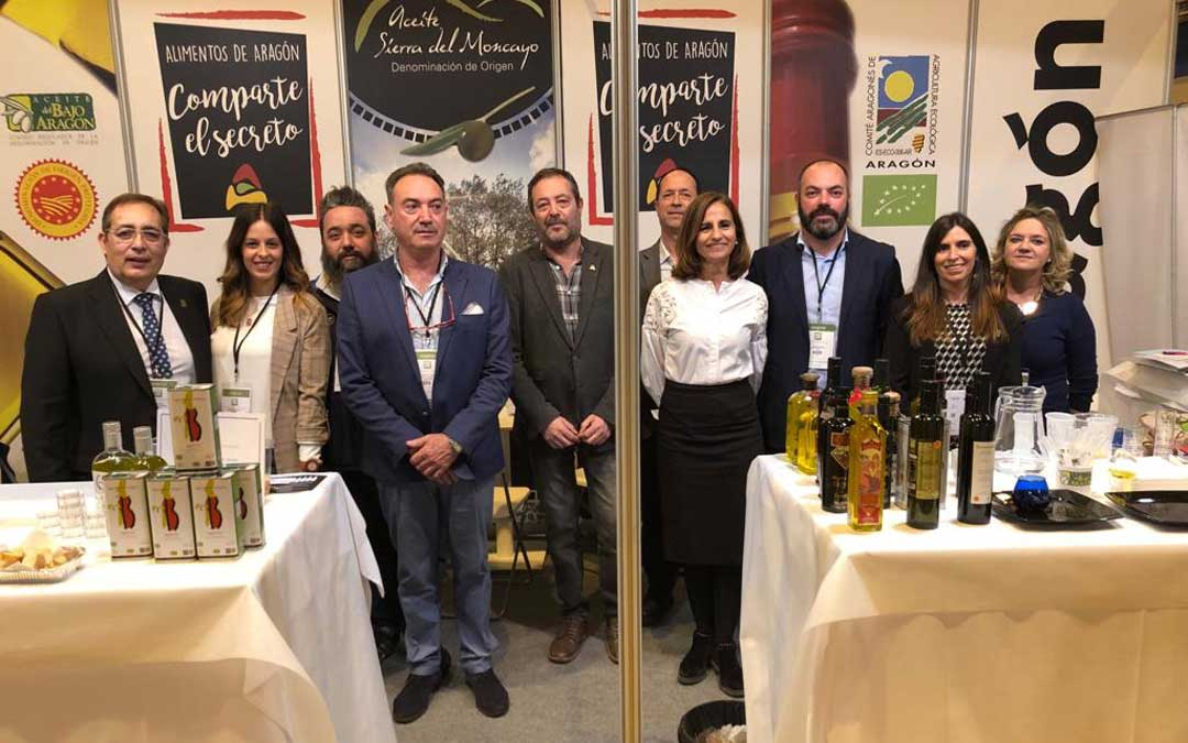 Fotografía de grupo de la delegación de la Denominación de Origen Aceite del Bajo Aragón en la World Olive Oil Exhibition.