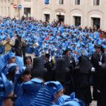 Los tambores alcañizanos esperan en la plaza España la lectura del Pregón.