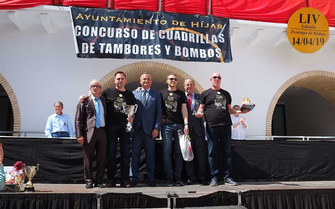 Los representantes de Almassora recogiendo los trofeos ayer en hijar