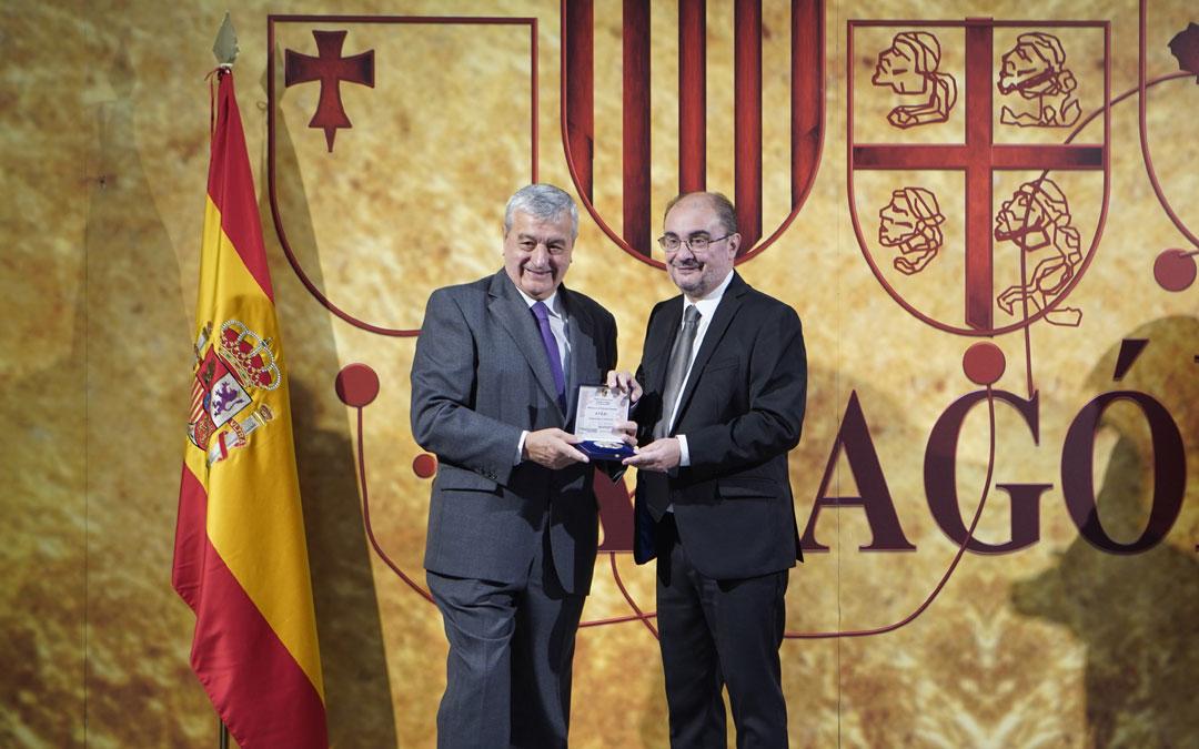 El responsable de Atadi, José Luis Gómez, recibe la medalla a los Valores Humanos de la mano del presidente de Aragón, Javier Lambán.
