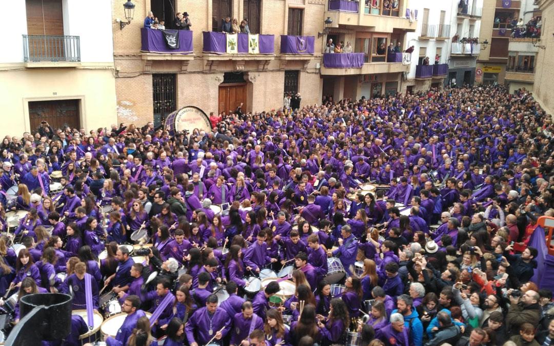 Imagen de la plaza España de Calanda durante la Rompida de la Hora de este Viernes Santo
