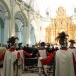 Los Putuntunes custodiando la llegada del Santo Sepulcro a la iglesia.