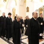 Los cofrades del Santísimo acompañaron a los costaleros portando velas desde la salida del templo del Pilar.