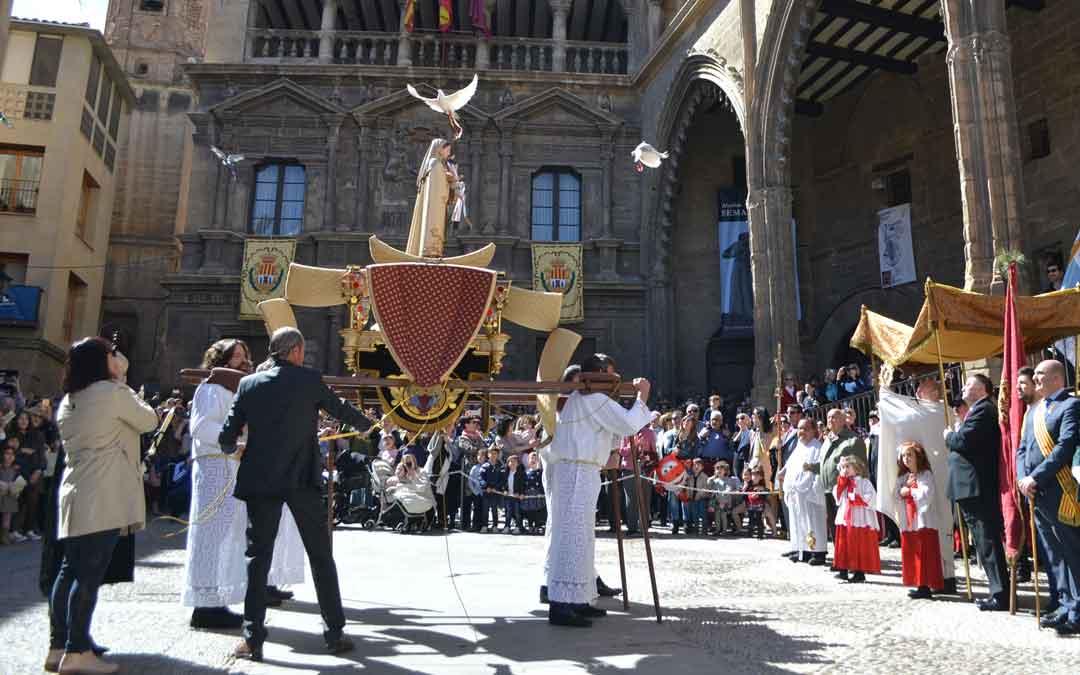 Momento en el que salen las palomas el Domingo de Resurección en la plaza España