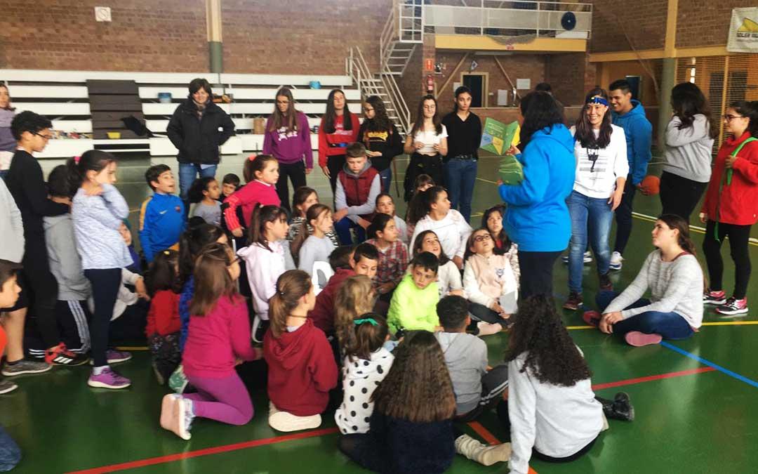 Una actividad del colegio en el polideportivo.