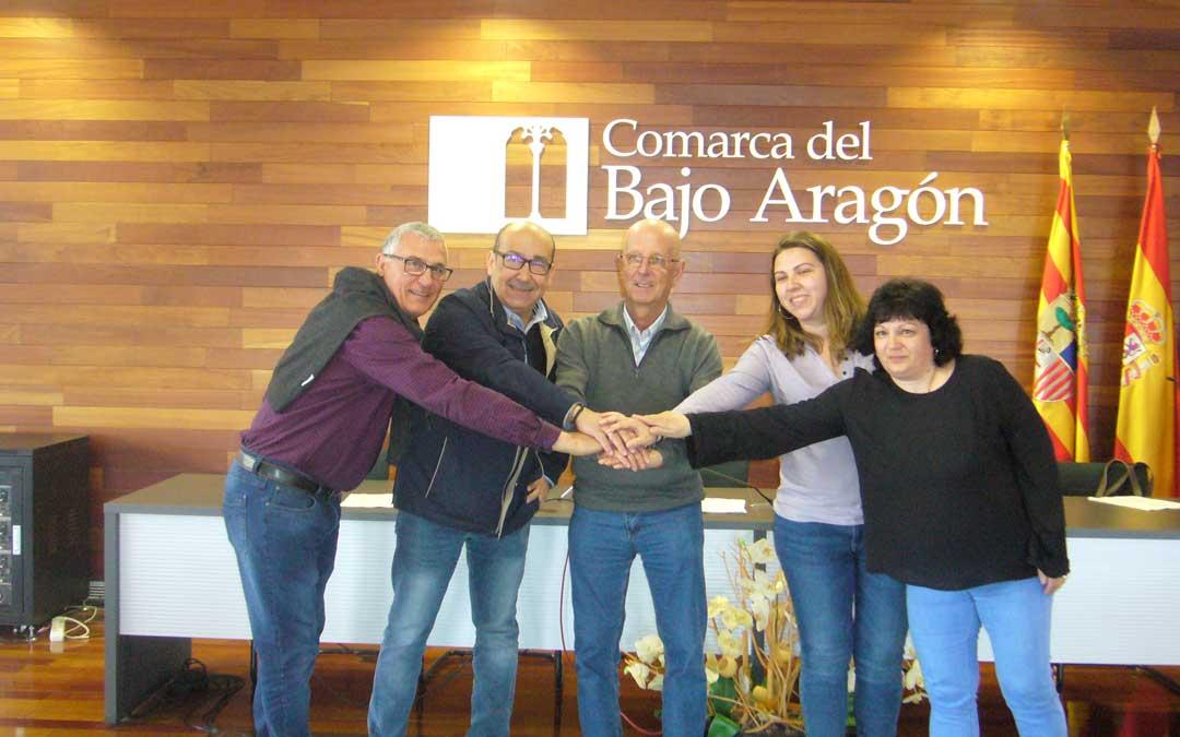 Los presidentes de las asociaciones ABATTAR, ASAPME y la AECC, en la firma con Manuel Ponz y María Ariño, la consejera de Servicios Sociales.