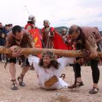 Los soldados romanos ayudan a Cristo a levantarse tras su tercera caída