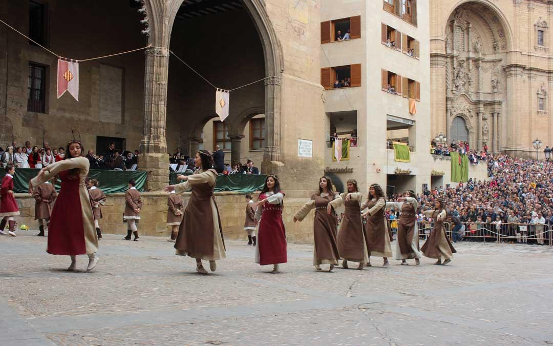 Las danzantes bailando antes de la llegada del dragón. Foto: L. Castel