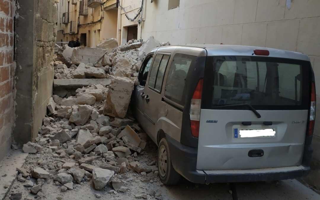 El derrumbe se ha producido en la calle la Higuera esquina con las Monjas. Ha afectado a un vehículo
