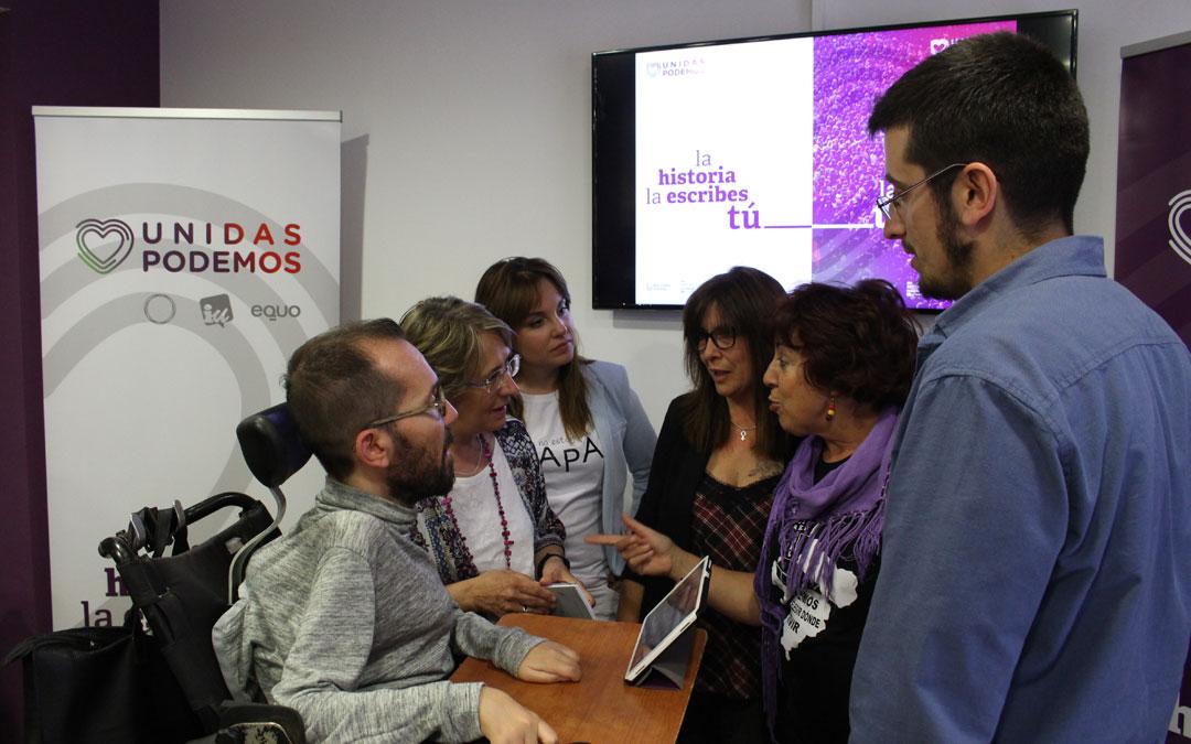 Pablo Echenique charla con varios compañeros del partido durante los momentos previos de la asamblea ciudadana de este viernes.