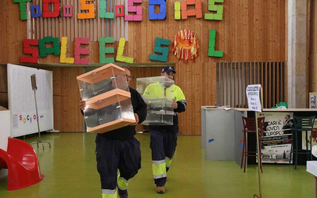 La brigada municipal, este jueves, colocando las urnas en el antiguo mercado de abastos de Alcañiz. Foto: Adrián Monserrate