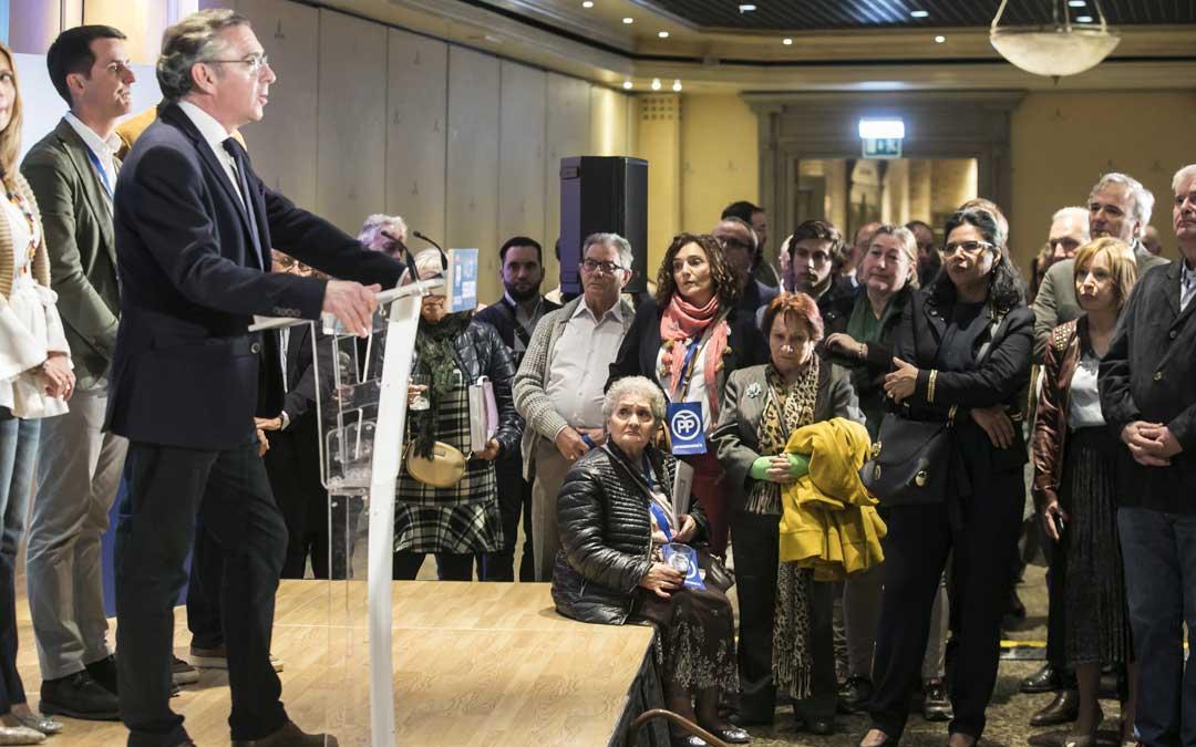 El líder de los populares, Luisma Beamonte, valorando los resultados en la noche electoral en el hotel Palafox. Foto: Guillermo Mestre