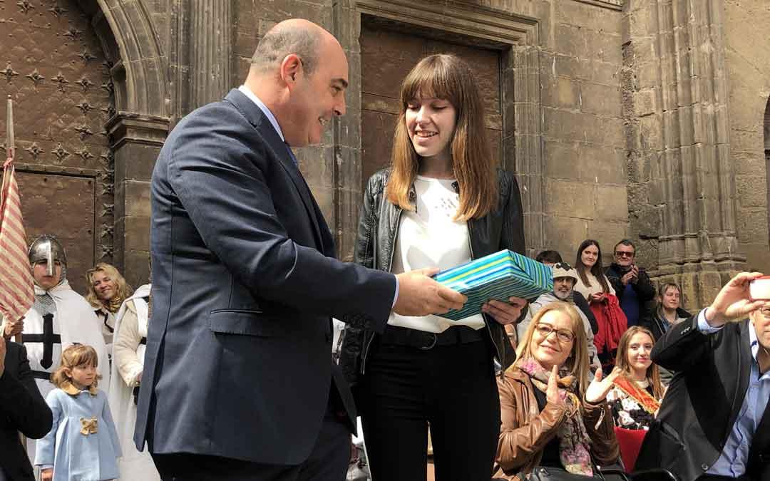 Carlota Aguilar ha recibido un ejemplar de El Quijote de manos del alcalde por ser el mejor expediente de Alcañiz de 2018. Foto: L. Castel