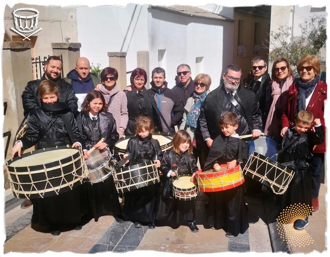 La familia se tomó esta imagen el año pasado en Híjar, el pueblo al que siempre regresan y es punto de retorno obligado de Carlos, sus hermanas Laura y Yoli, sobrinos y sobrinas y sus primos.