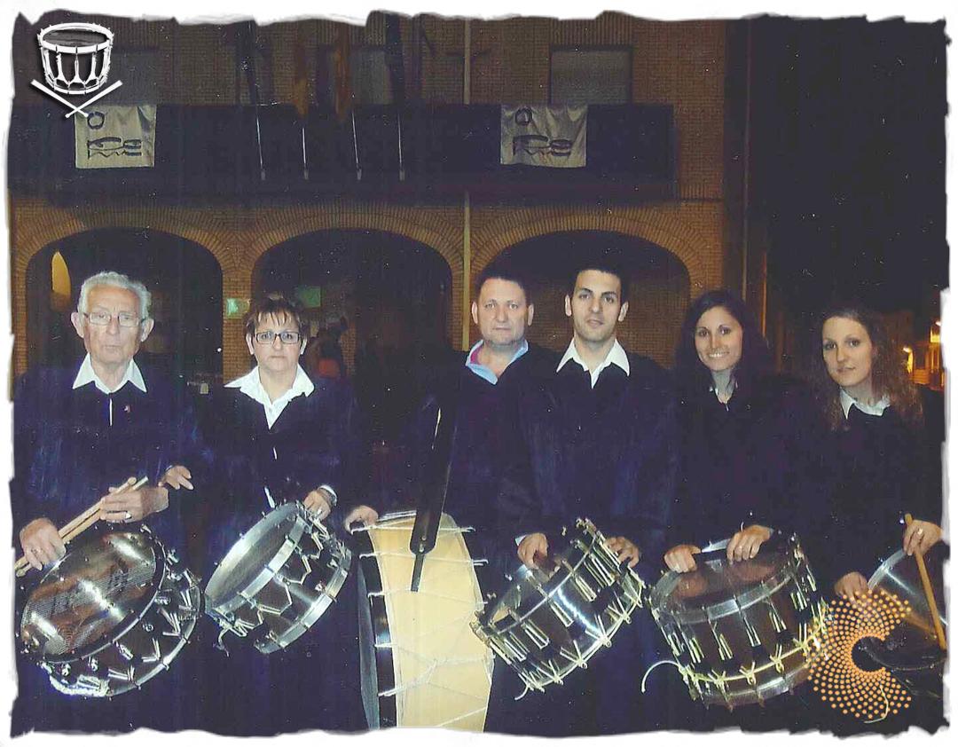 José Luis Ferrer, a la izquierda, una Semana Santa reciente, junto a parte de su familia. A la derecha, su nieta Laura