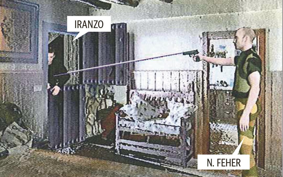 José Luis Iranzo recibe el primer disparo «al ir a entrar en el interior de la vivienda» produciéndose a una distancia entre 2,40 y 3,07 metros, delimitación marcada por el casquillo hallado en la habitación contigua
