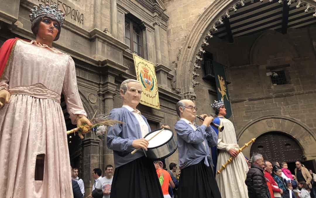 Los gigantes de Alcañiz en la plaza. Foto: L. Castel