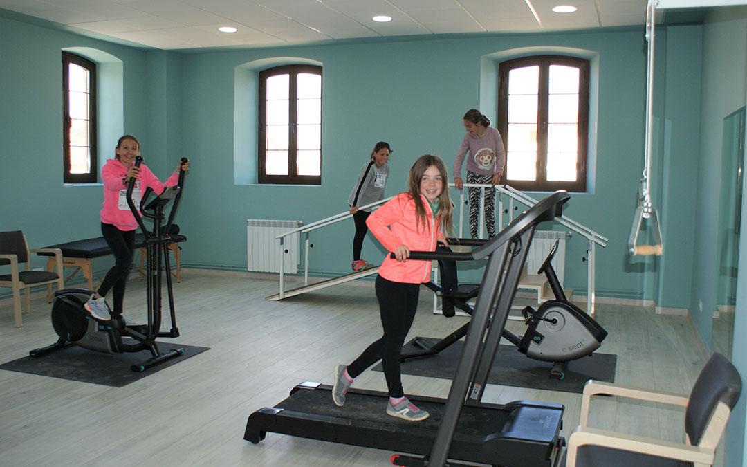 Jóvenes nonaspinas probando las nuevas máquinas del gimnasio.