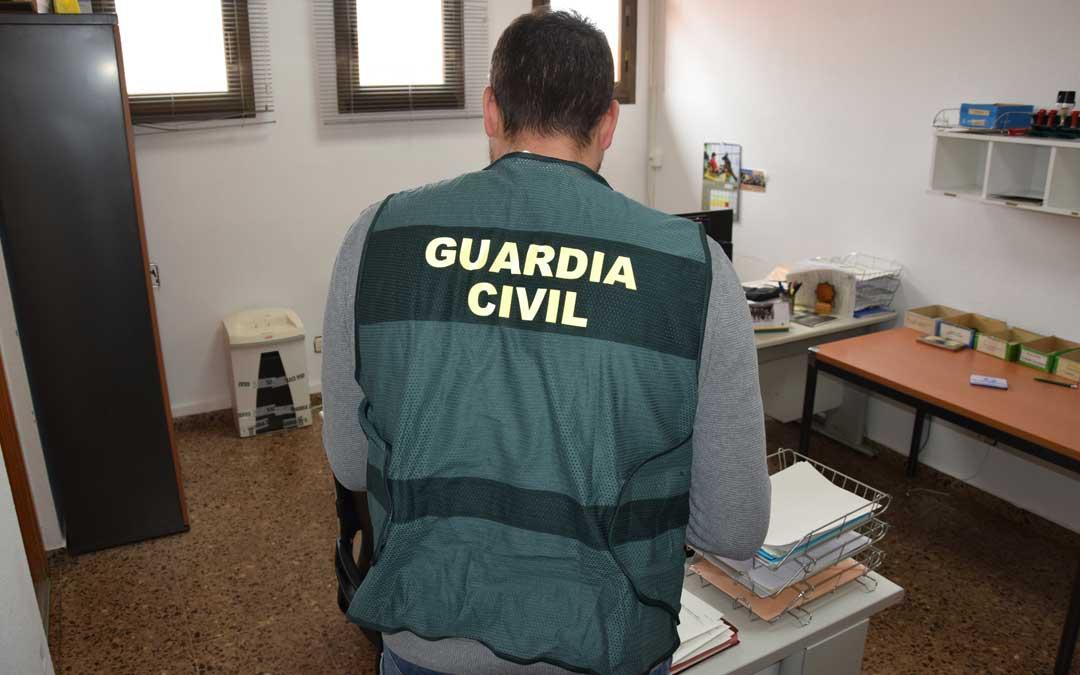 La Guardia Civil detiene a tres personas como autoras del robo de un móvil en Alcañiz.