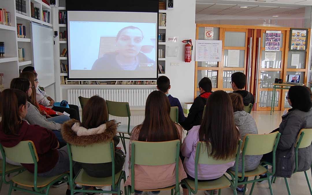 Parte del alumnado del IES Pedro Laín Entralgo de Híjar, en la videoconferencia con la artista afincada en Florencia, Marta Fresneda, por su exposición con alabastro.