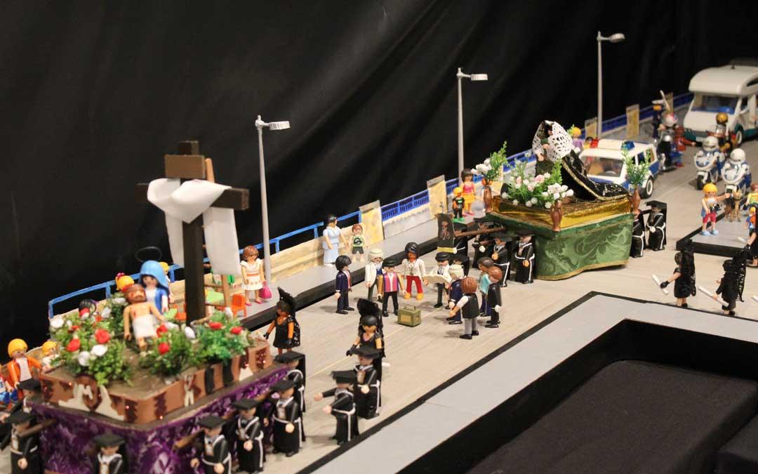 La procesión en Playmobil al paso por el puente sobre el río Martín con dos pasos, los Rosarieros y hasta la Guardia Civil de Tráfico.