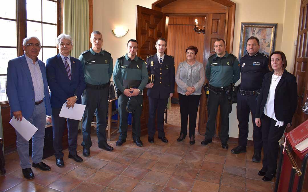 n El Subdelegado del Gobierno en Aragón junto a representantes municipales y fuerzas de seguridad antes de la Junta Local, celebrada ayer.