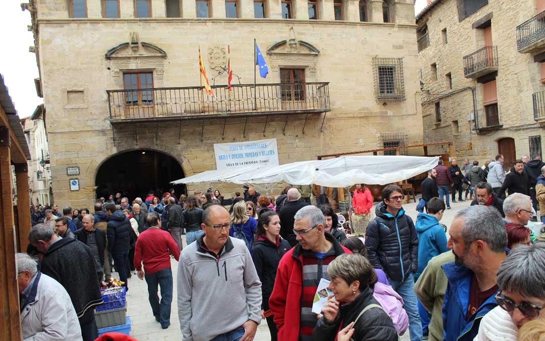 La plaza de La Fresneda fue un continuo ir y venir de gente a la Feria.