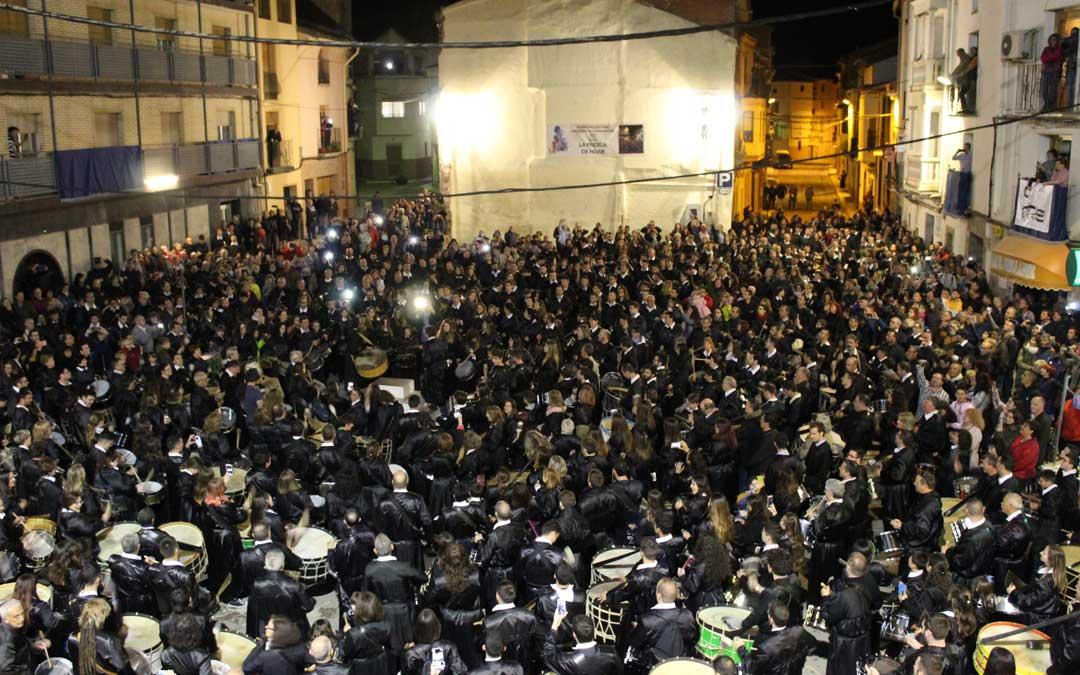 La plaza de La Puebla de Híjar llena de túnicas negras en el Cese del Toque de este Sábado Santo.