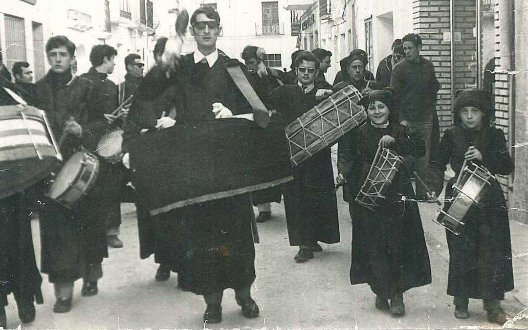 Los hijos de José Luis de niños, tocando en las calles de La Puebla en Semana Santa.