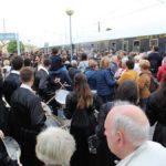 Tambores y bombos recibieron al Tren del Tambor en su regreso a La Puebla de Híjar en Sábado Santo.