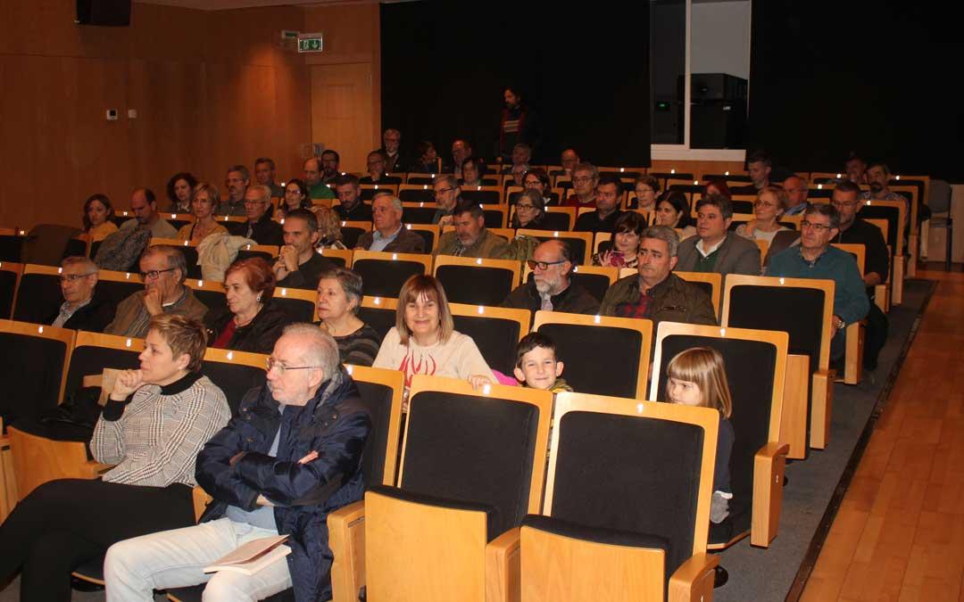 Numeroso público, entre ellos cargos del PSOE a nivel regional y provincial, han arropado a Urquizu en la presentación. Foto: L. Castel