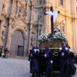 Los cofrades cargan la peana de la Virgen a las puertas de la Colegiata de Alcañiz.