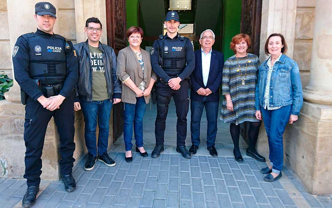 Miembros de la corporación junto a agentes de la Policía Local de Caspe.