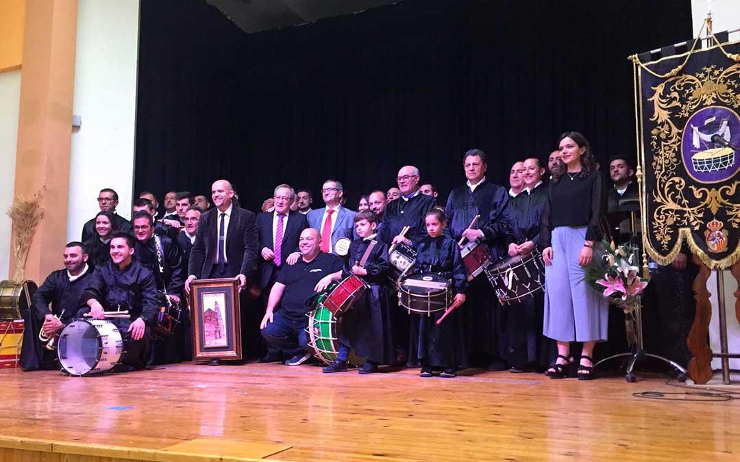 Participantes en el Pregón de la Semana Santa albalatina instantes después de que acabara el acto en el Cine-Teatro