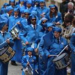 Llegada de los tambores alcañizanos a la plaza España