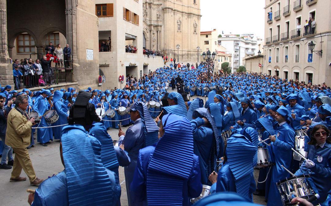 Los tambores alcañizanos tiñen de azul un día gris