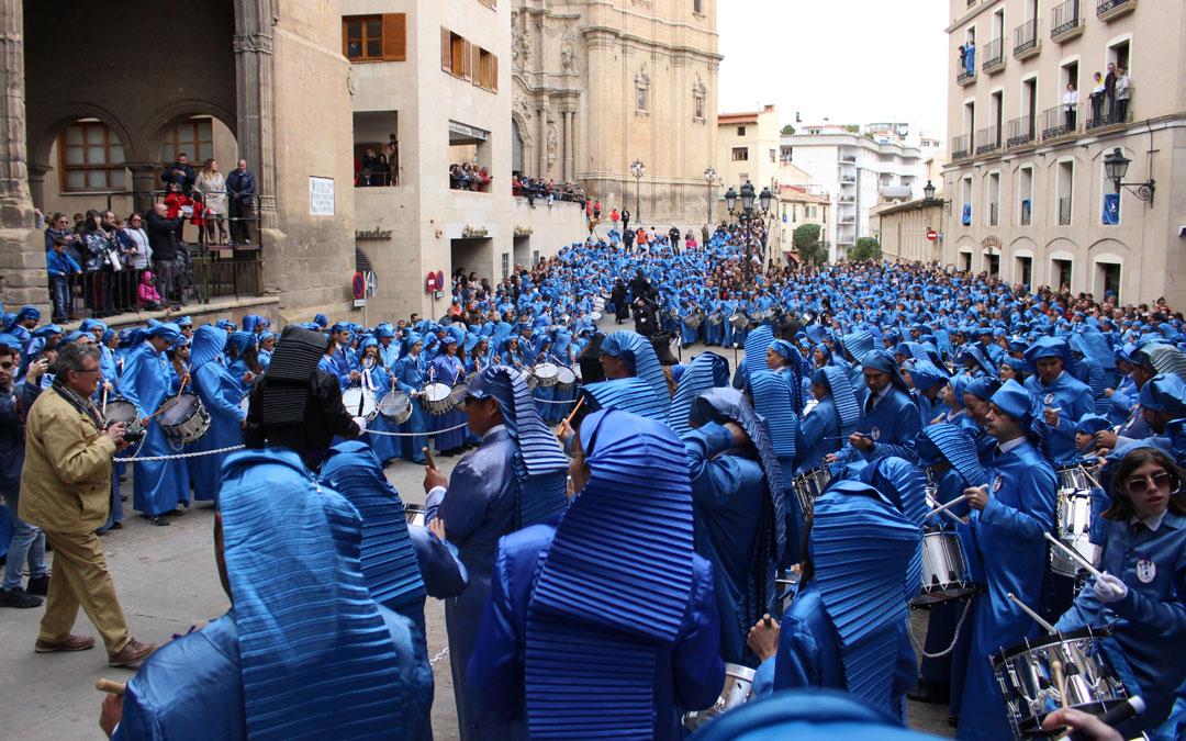 Cientos de alcañizanos han teñido de azul la plaza España durante la procesión del Pregón