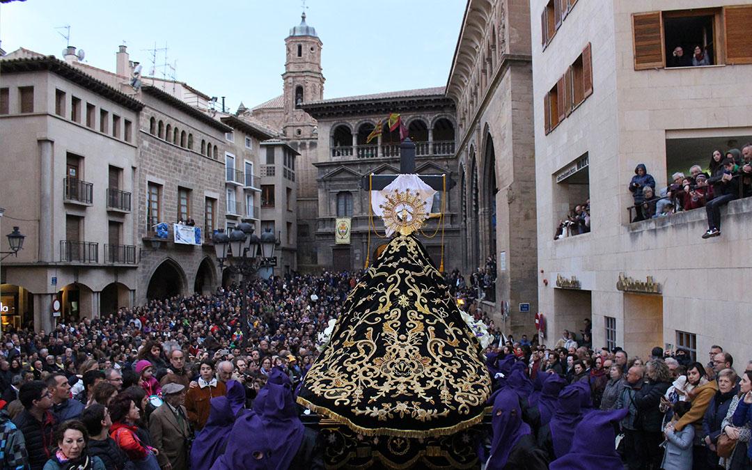 La procesión de la Soledad han congregado a multitud de personas en la plaza España de Alcañiz.