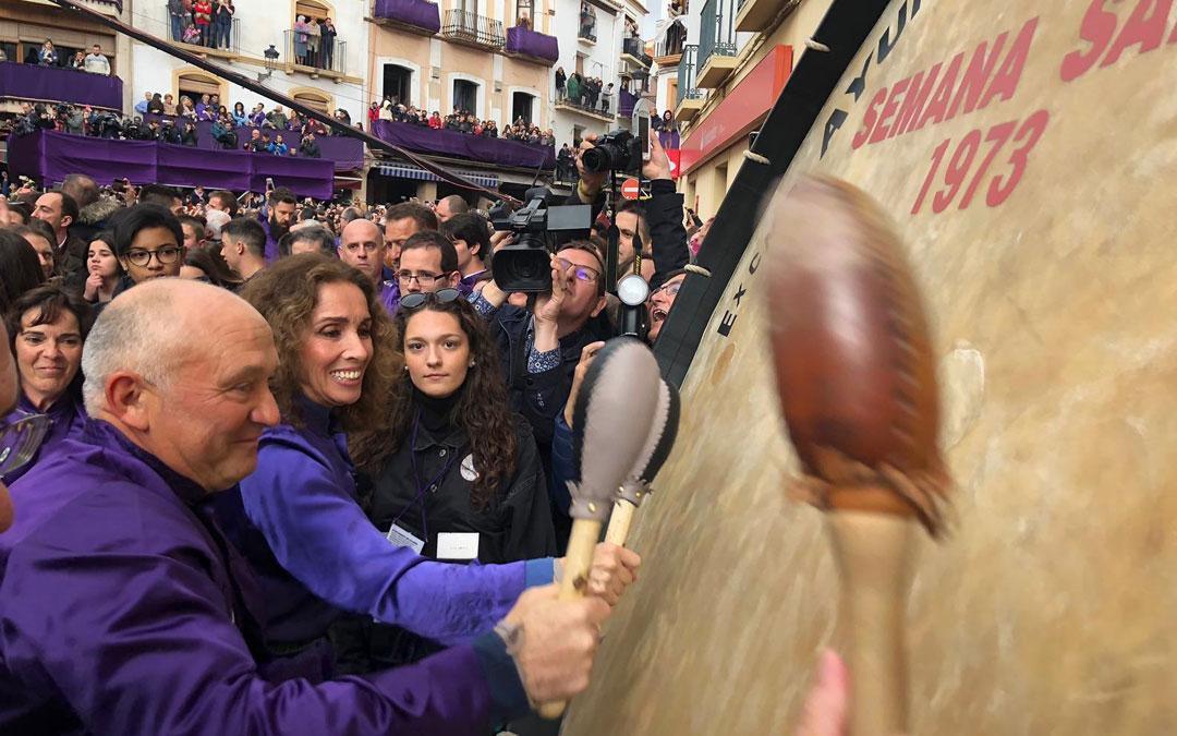Manuel Esteban y Ana Belén durante el inicio del toque de la Rompida de la Hora.