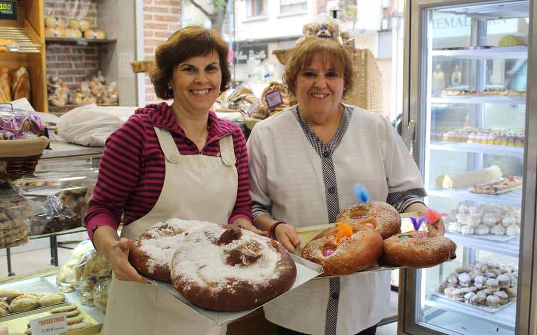 Mª Carmen Pueyo y Maribel Cano, de la panadería Enrique Alonso de Alcañiz, este lunes