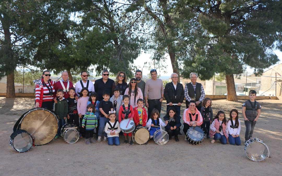 El Grupo de Infantil con la Asociación Cultural 'Los tambores' el día que la cuadrilla hizo la visita.