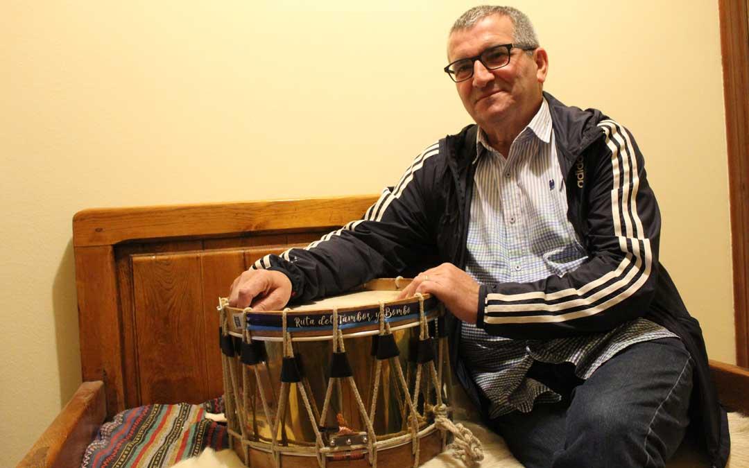 Segundo Bordonaba, el Martes Santo en su casa en La Puebla de Híjar, con uno de los tambores preparados para sonar.