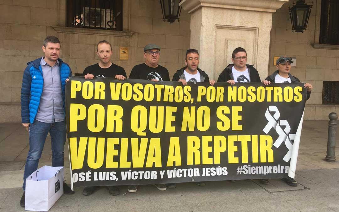 Imagen de archivo de los Amigos de Iranzo en una de las ocasiones que acudieron a la Subdelegación de Teruel para pedir que se les responda a las 87 preguntas./ Ser Teruel