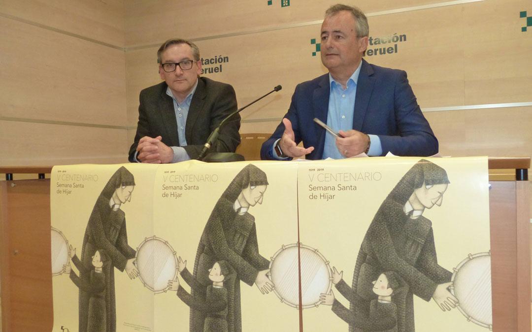 Joaquín Juste y Luis Carlos Marquesán, en la DPT presentando los actos del quinto centenario de la Semana Santa de Híjar. El cartel es obra de Alberto Gamón.