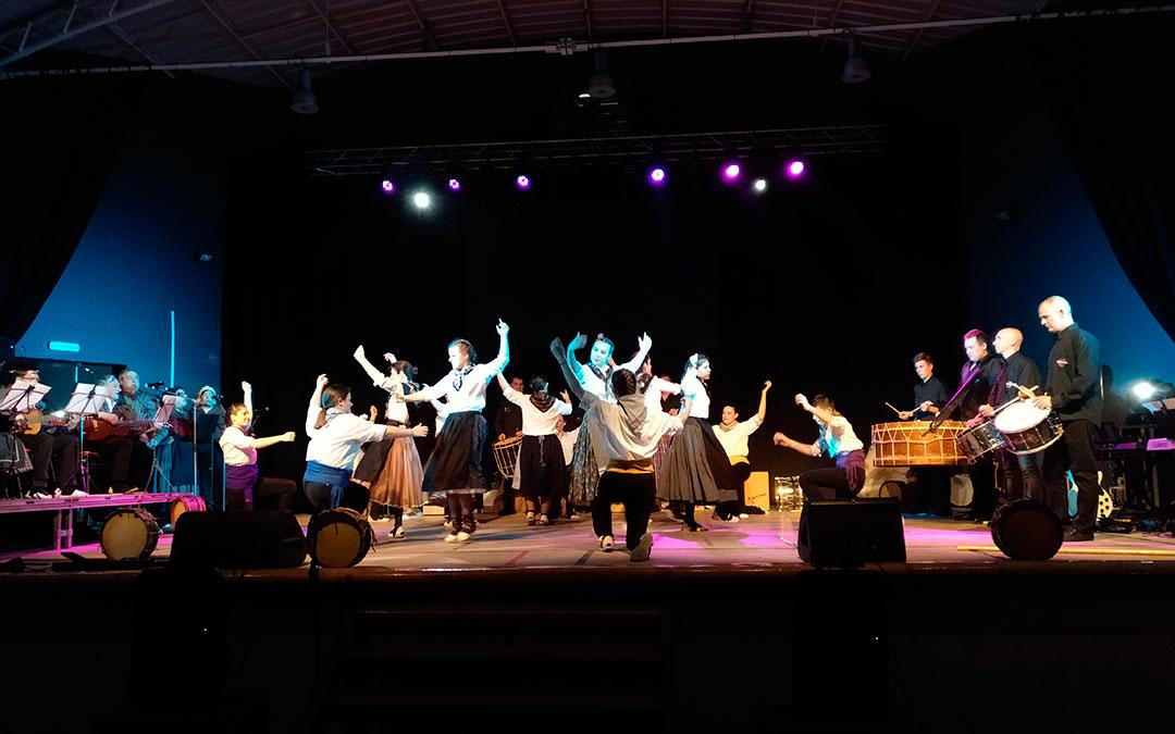 Los hijaranos danzaron al son de tambores y bombos en una de las actuaciones./ A.M.