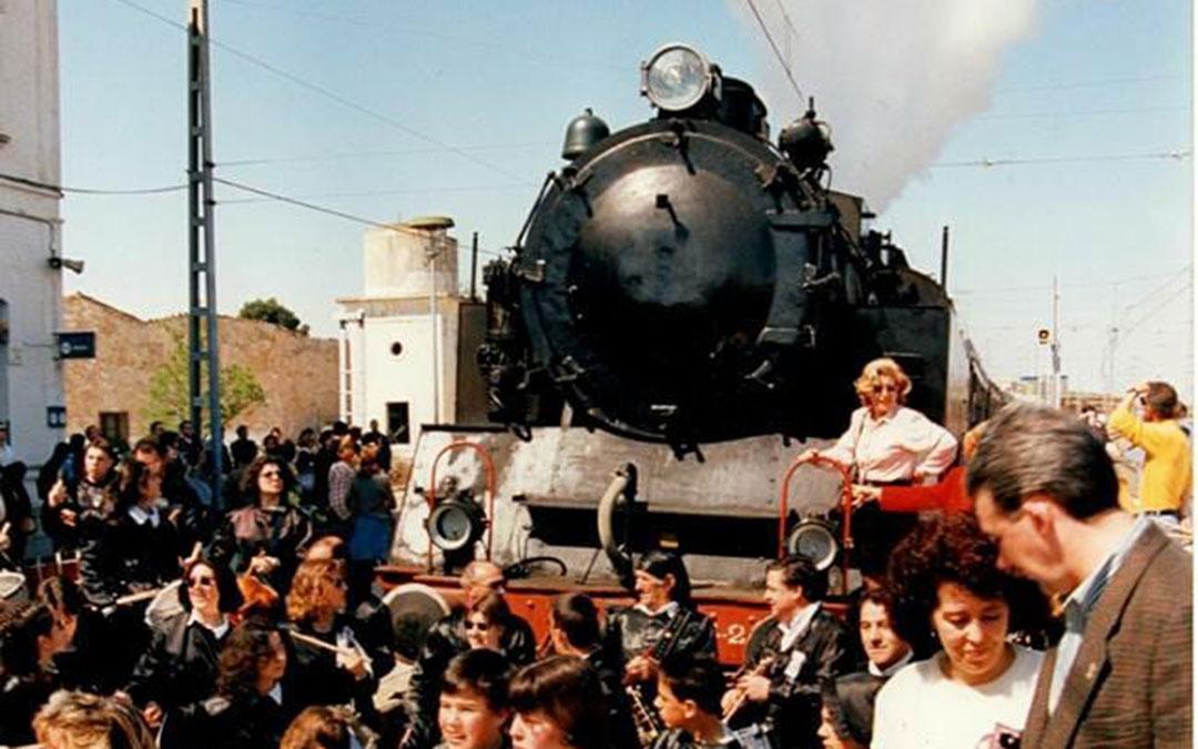 El Tren del Tambor a su llegada de la Estación de La Puebla en los noventa, durante el recibimiento de tambores y bombos.