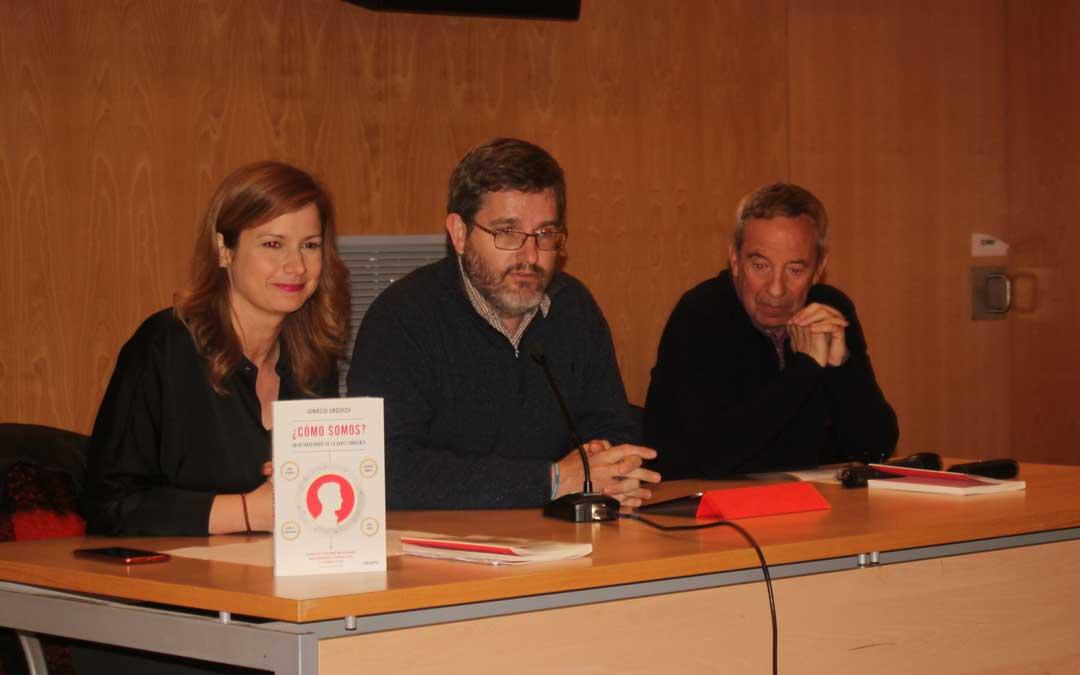 Ignacio Urquizu ha estado acompañado en la presentación en Alcañiz por Eva Defior, directora del Grupo de Comunicación La Comarca; y el historiador y escritor José María Maldonado