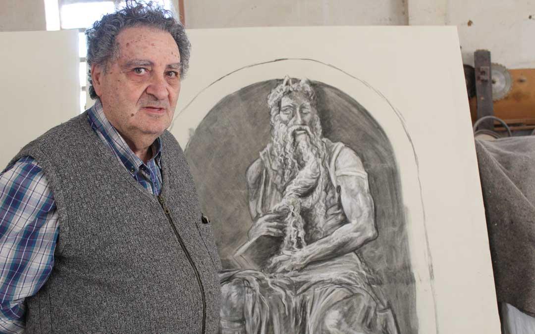 Joaquín Sanz, en su taller con la ilustración de Moisés para el Monumento.