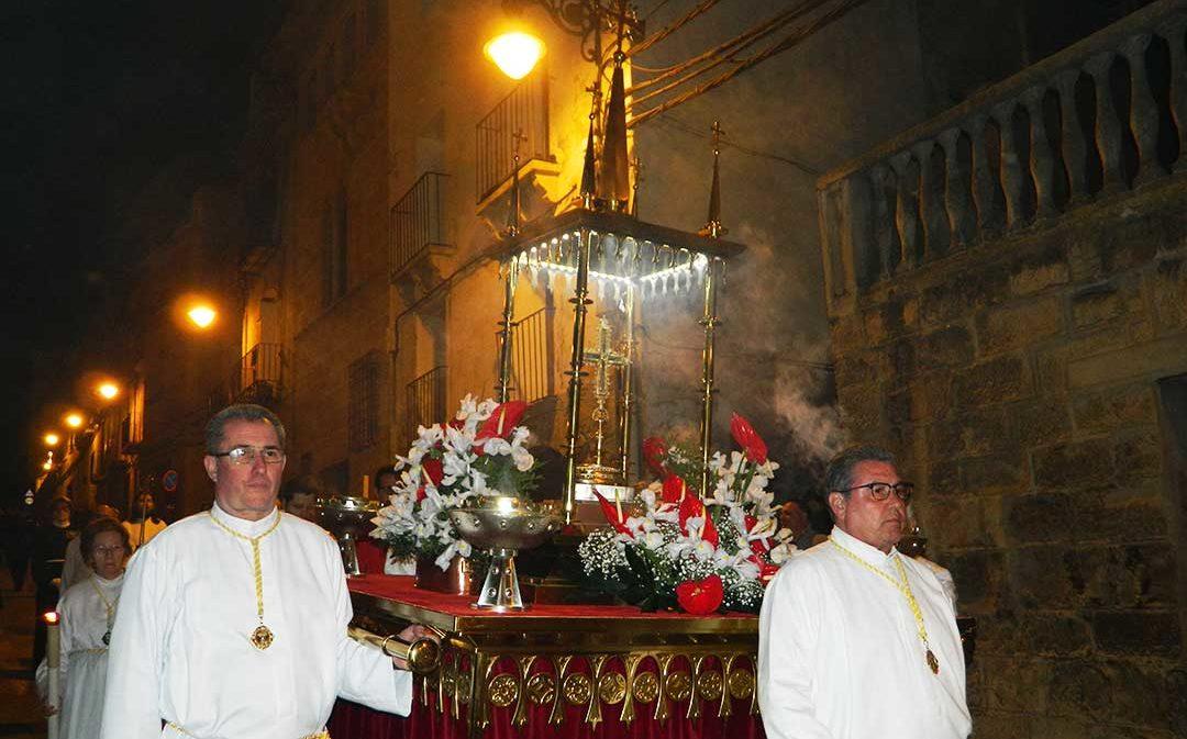 Caspe despide su Semana Santa exhibiendo la Vera Cruz
